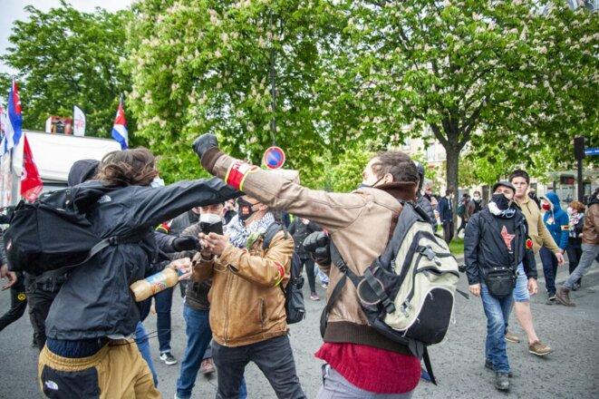 À l'arrivée du cortège syndical du 1er-Mai, place de la Nation, des affrontements ont éclaté entre des manifestants et le service d'ordre de la CGT. © Andrea Oliveira / Hans Lucas via AFP