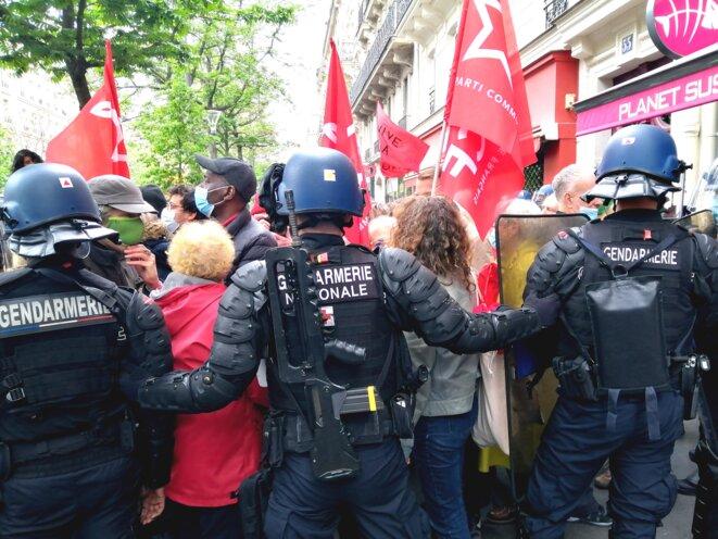 Pendant la manifestation du 1er-Mai, les forces de l'ordre ont opéré un contrôle très strict du défilé. © D.I.
