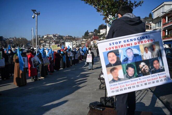 Les Ouïghours manifestent pour demander des nouvelles de leurs proches et pour exprimer leur inquiétude face à la ratification d'un traité d'extradition entre la Chine et la Turquie près du consulat chinois à Istanbul, le 22 février. Ozan Kose / AFP via Getty Images
