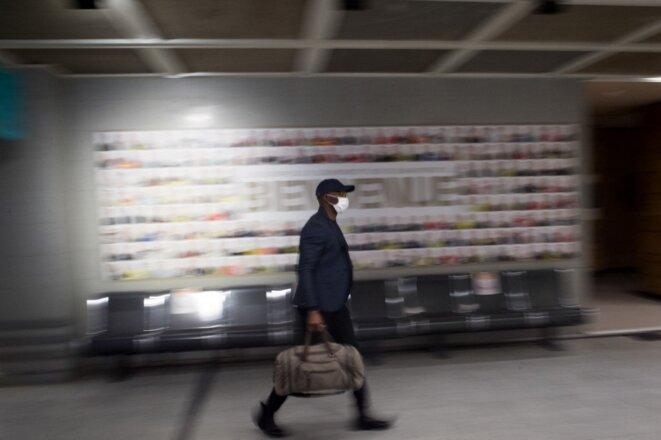 Un passager rejoint l'aéroport Nantes-Atlantique, le 8 juin 2020, jour de la réouverture post-confinement. © Loïc Venance / AFP