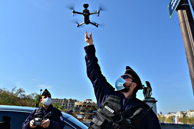 Des policiers utilisent un drone le 8 avril 2020, pendant le confinement à Paris, sur le pont d'Iéna. © ANTOINE LORGNIER / Only France via AFP