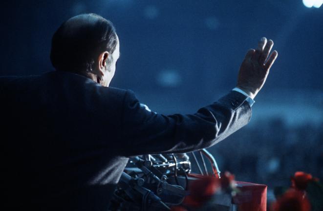 François Mitterrand, premier secrétaire du parti socialiste et candidat de la gauche à l'élection présidentielle, s'exprime à la tribune d'un meeting électoral qui s'est tenu à Dijon, en avril 1974. © JEAN-CLAUDE DELMAS / AFP