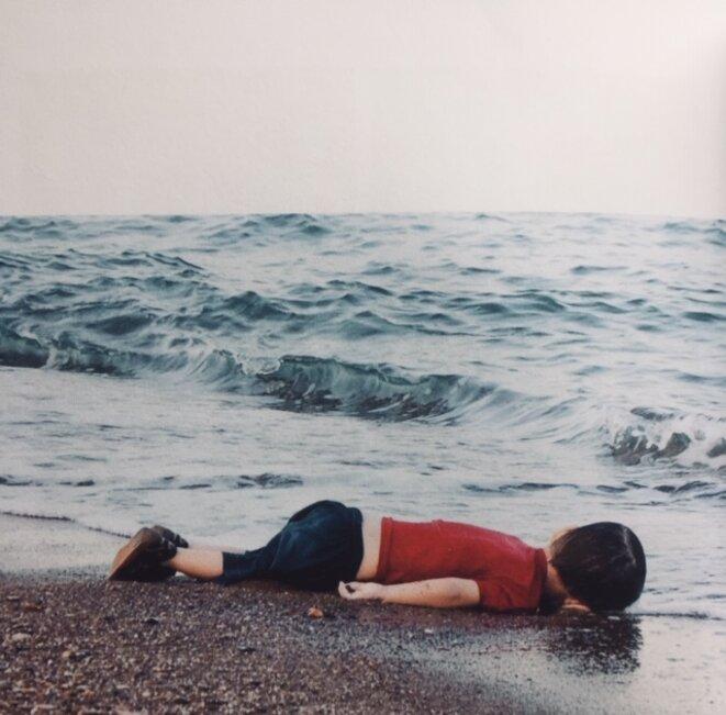 « Bodrum, Turquie, le 2 septembre 2015. Le corps sans vie d'Alan Kurdi, un petit Syrien de trois ans, gisant sur la plage. » © Nilufer Demir - 'En mer, pas de taxis'