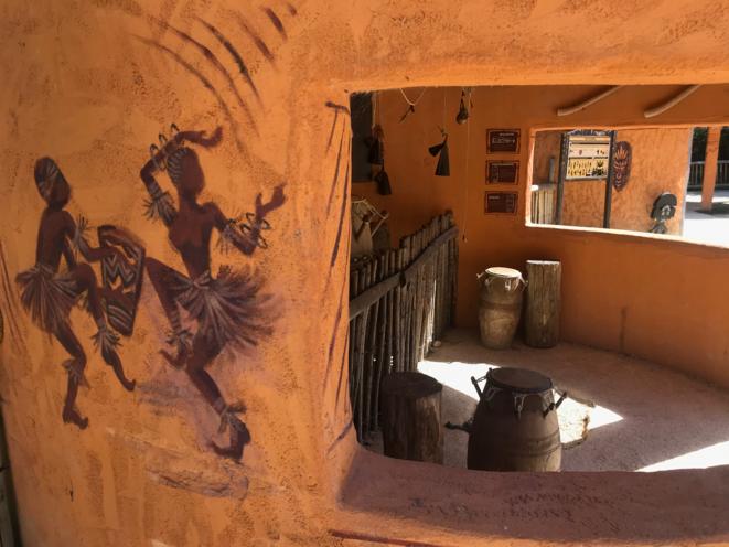 La case telle qu'exposée aujourd'hui au «village de Kirikou» du parc Planète Sauvage. © JCR et NS