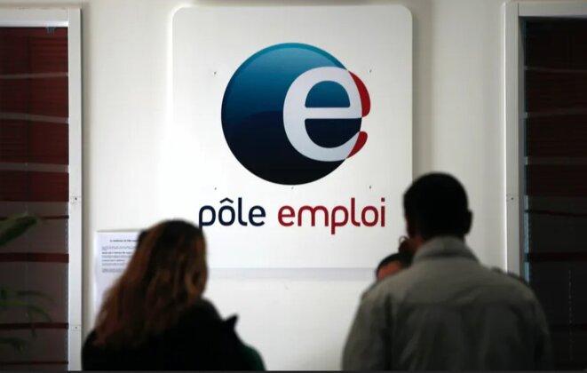 2-demandeurs-demploi-devant-pole-emploi-anpe