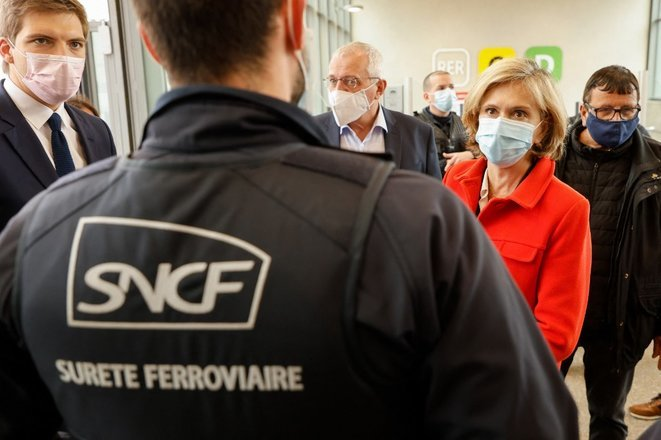 Valérie Pécresse, conservative leader of the greater Paris regional council seeking re-election in June, meeting with railway security staff, April 29th 2021. © Ludovic Marin/AFP