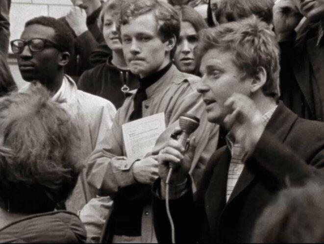 Omar Blondin Diop aux côtés de Daniel Cohn Bendit lors de l'occupation de la Sorbonne (14 mai 1968), in Juste un Mouvement (2021) © Vincent Meessen via INA