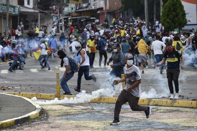 Émeute dans les rues de Cali le 10 mai 2021. © Luis ROBAYO / AFP