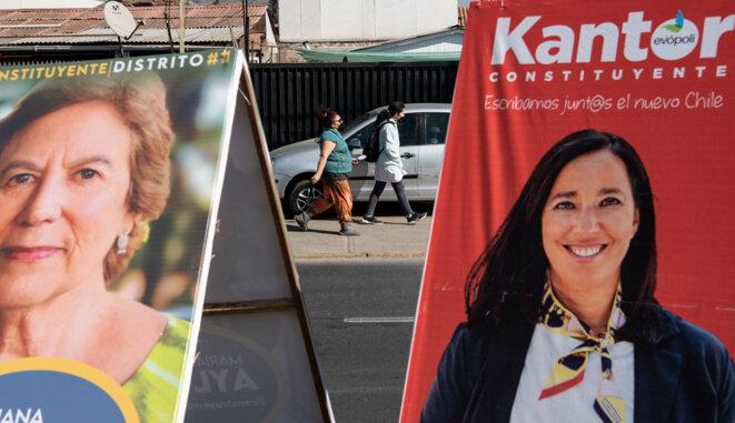 Des affiches électorales à Santiago le 7 mai 2021. © Martin Bernetti/AFP