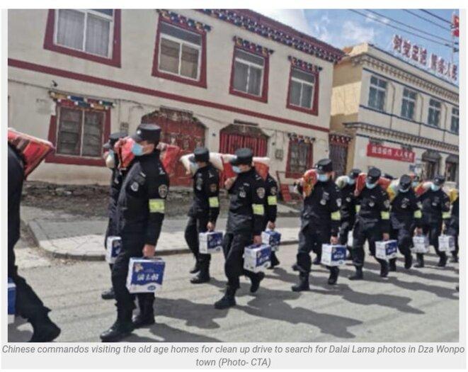 les commandos chinois paradant dans la ville