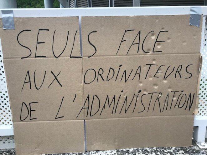 Pancarte des moniteurs de ski, venus dénoncer la lenteur des aides, devant le centre des impôts de Moûtiers, en Savoie © François Mas