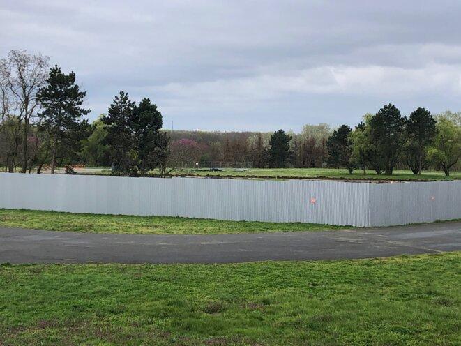 Zone du chantier suspendu du village des médias, sur l'aire des vents du parc Georges Valbon (JL).