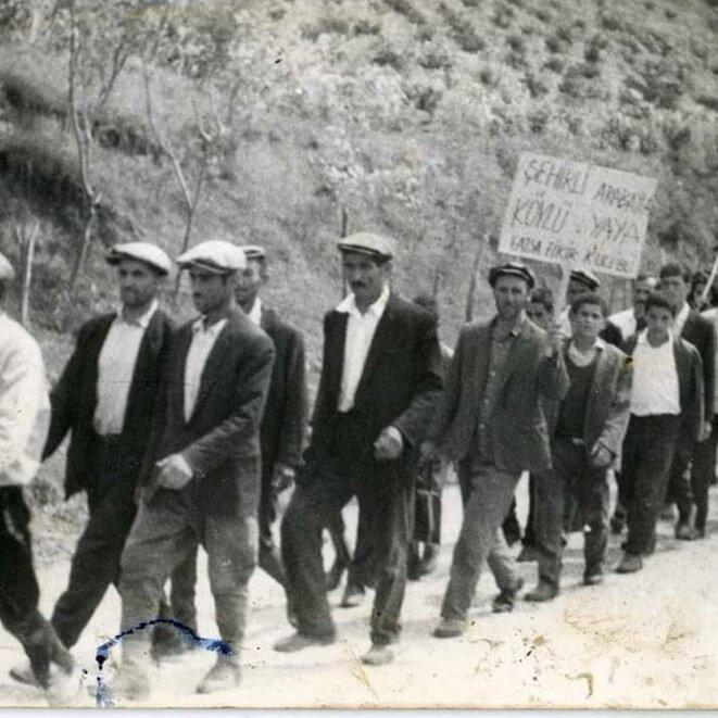 Des habitants du village de Beyceli, rattaché à Fatsa, manifestent pour réclamer la construction d'une route reliant leur hameau à la ville, dans la seconde moitié des années 1960. © Archives personnelles / DR