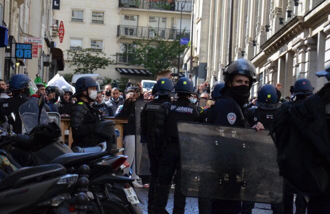 Forte présence policière, à Paris, qui a empêché toute manifestation de soutien aux Palestiniens, samedi 15 mai. © JB/Mediapart