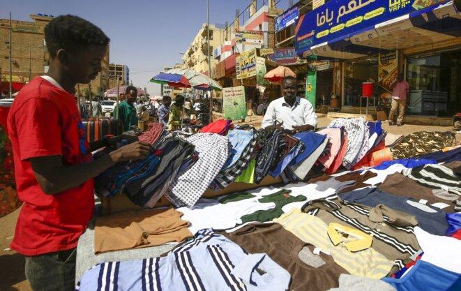 Un vendeur de rue à Khartoum le 21 février 2021. © Ashraf Shazly/AFP