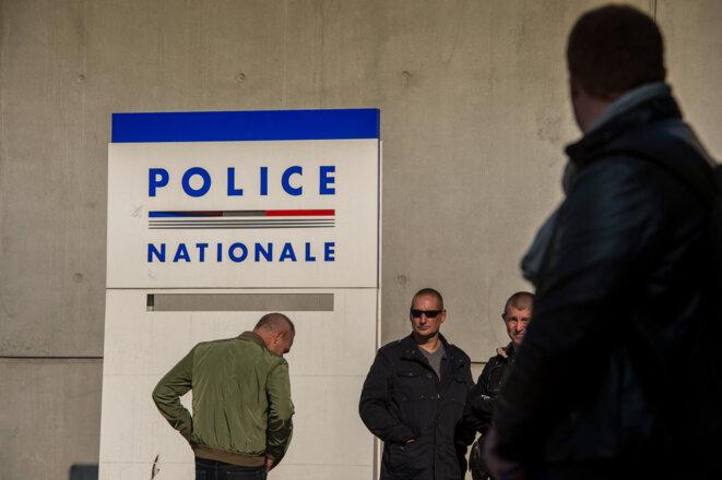Un rassemblement de policiers devant le commissariat de Lille, le 11 octobre 2016, en soutien de leurs collègues agressés à Viry-Châtillon. © Philippe HUGUEN / AFP