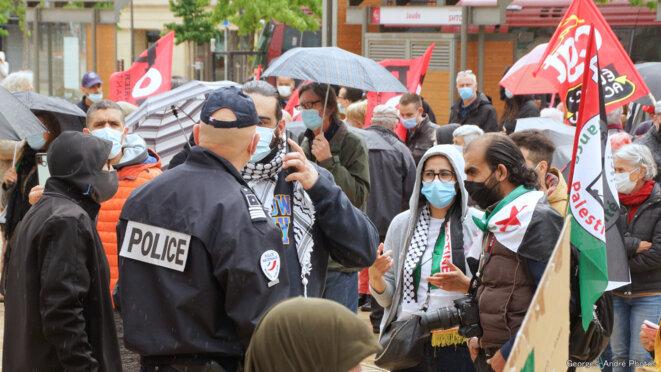 En début, deux policiers abordent un ou des manifestants un bref moment. © Georges-André Photos