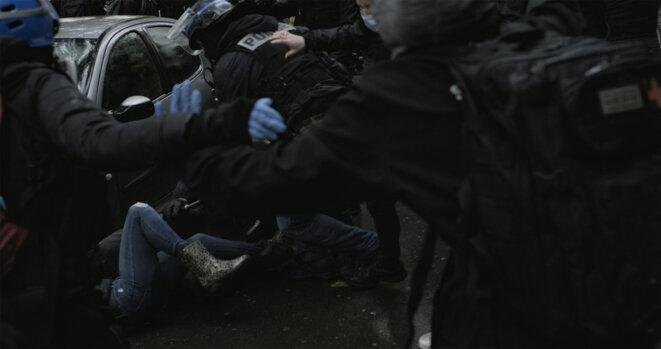 Un agent de la BAC traîne une manifestante par la jambe © SurveillonsLes