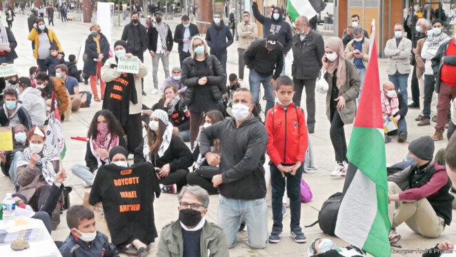 Manifestant·es au pied de la statue de Vercingétorix © Georges-André Photos
