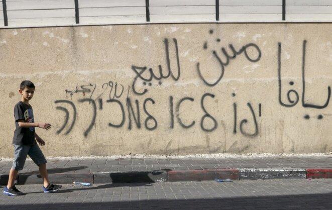 «Jaffa n'est pas à vendre.» Un graffiti à Jaffa contre la gentrification. © Ahmad Gharabli/AFP
