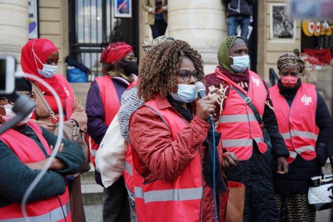 Sylvie Kimissa, l'une des deux porte-paroles des femmes de chambre de l'Ibis Batignolles, le 21 avril devant le théâtre de l'Odéon occupé. © Myriam Tirler / Hans Lucas via AFP