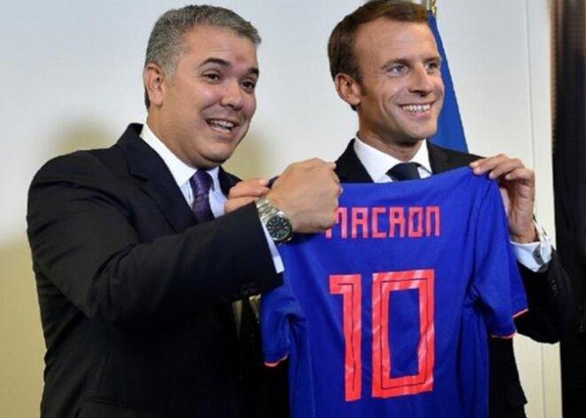 Le 25 septembre 2018, Emmanuel Macron reçoit un maillot de foot des mains du président colombien rencontré lors de l'Assemblée générale des Nations-Unies à New York.