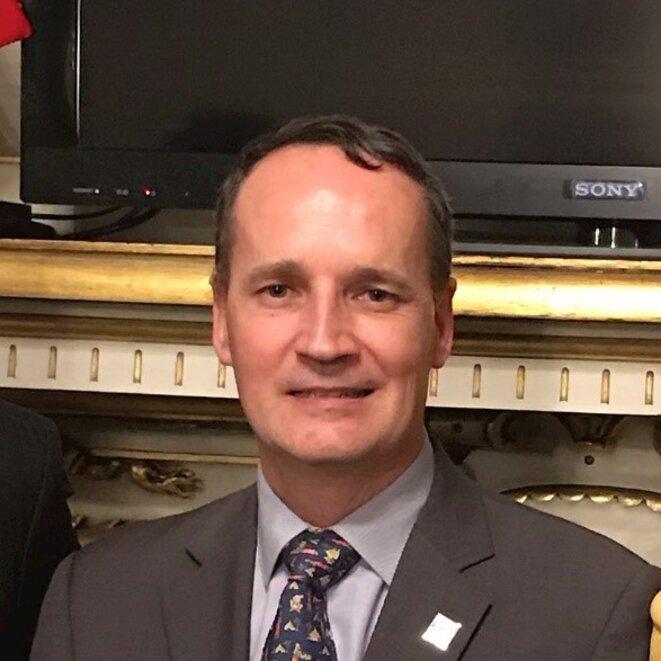 Le Lieutenant-colonel Jean-Christophe Berger, Attaché de défense de l'Ambassade de France en Colombie, représentant en Colombie du Ministre des Armées français, notamment chargé de « promouvoir les programmes et matériels de défense ou d'armement français en Colombie ».