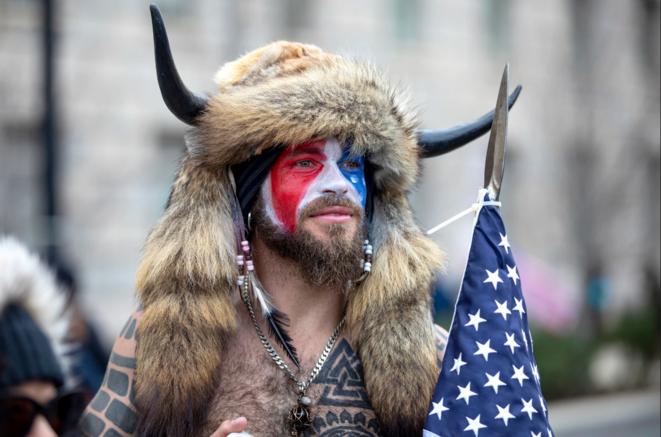 Jacob Chansley, qui se fait appeler le chaman de QAnon, lors du rassemblement du 6 janvier à Washington. © Robert Nickelsberg / Getty Images