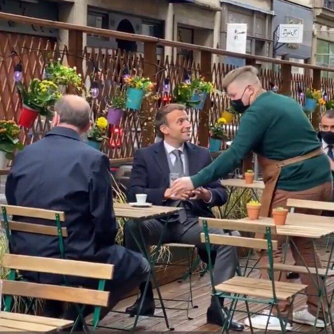 Macron trinque en terrasse