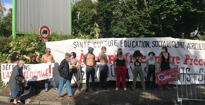 Sur les corps dénudés : Stop à la réforme assurance-chômage ! Beau contraste avec la tenue des Robocop., prêts à affronter une armée de contestataires. [Ph. YF]