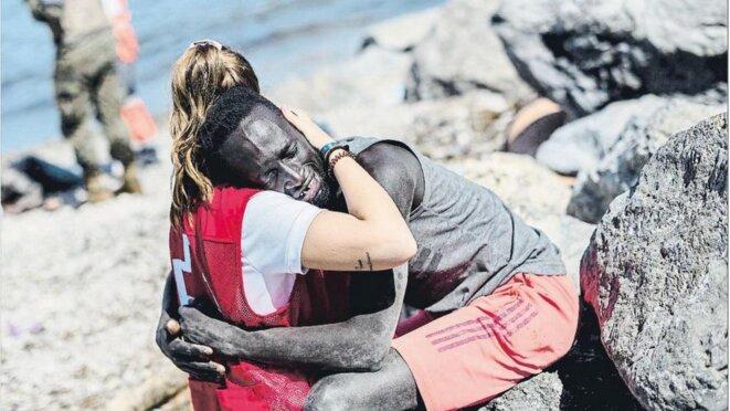 Luna Reyes, une bénévole espagnole à la Croix-Rouge, a consolé un migrant débarquant dans l'enclave de Ceuta. − CROIX-ROUGE ESPAGNOLE