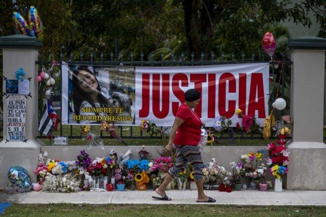 Un mémorial pour Keishla Rodriguez devant son immeuble à San Juan, le 6 mai 2021. © Ricardo Arduengo/AFP
