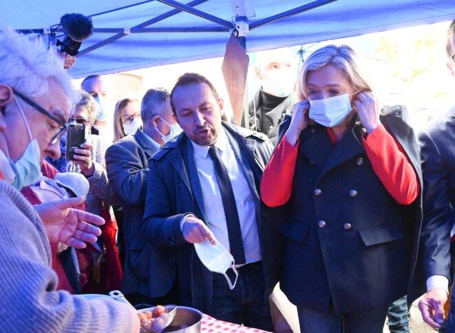 Sébastien Chenu et Marine Le Pen en campagne à Berlancourt (Aisne), le 15 mai 2021. © Denis Charlet / AFP.