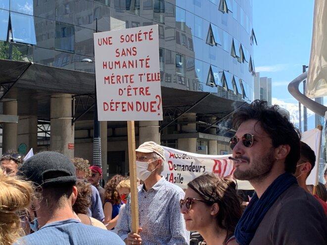 """Des soutiens aux """"7 de Briançon"""" rassemblés devant le Palais de justice de Grenoble, jeudi 27 mai. © NB"""
