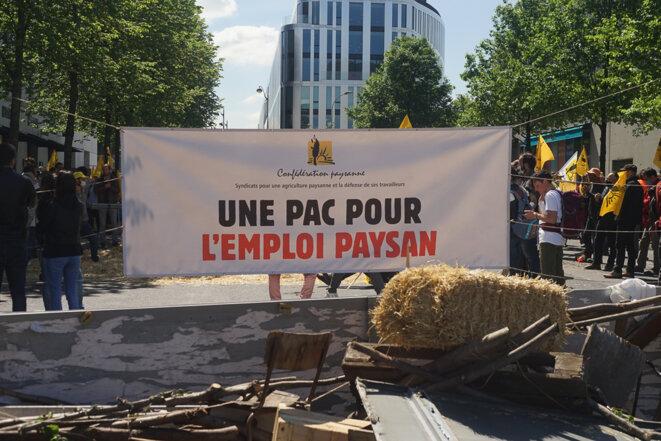 Manifestation de la Confédération paysanne le 27 mai 2021 devant le siège de Pôle emploi, aux Lilas (Seine-Saint-Denis). © AmP / Mediapart