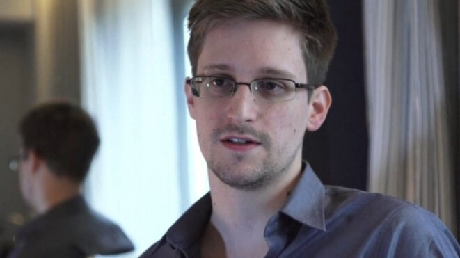 Edward Snowden dans sa chambre d'hôtel à Hong-Kong en juin 2013. © AFP