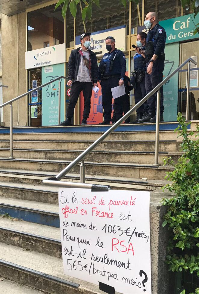 Lors d'une manifestation devant une CAF et une CPAM [Photo YF]