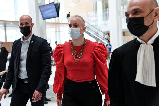 Mila et son avocat Richard Malka (à droite) au tribunal judiciaire de Paris, le 3 juin. © Bertrand Guay / AFP