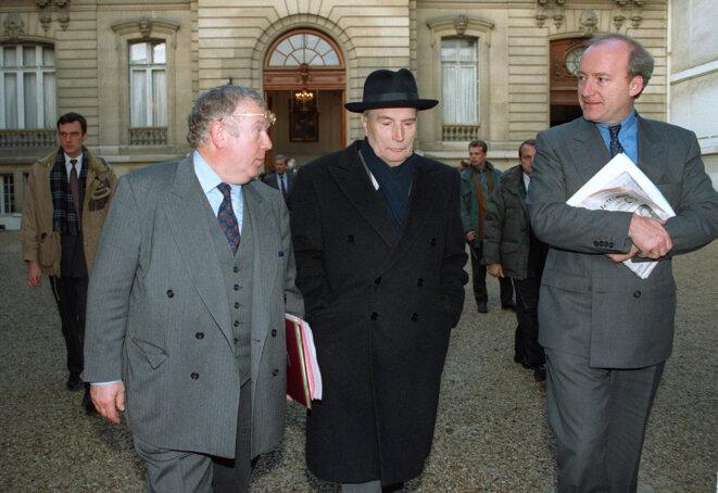 Hubert Védrine, à droite, sous la présidence Mitterrand. © AFP