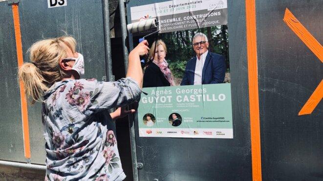 Agnès Guyot colle des affiches pour LFI à Châlons-en-Champagne, le 31 mai. © MG / Mediapart