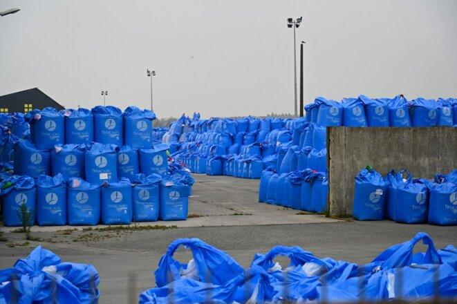 Des sacs d'engrais produits par la Timac, à Saint-Malo, en juin 2020. © Damien Meyer / AFP