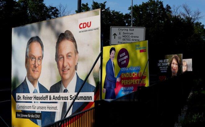 Des affiches de la campagne des élections régionales en Saxe-Anhalt. À gauche au premier plan, le chrétien-démocrate Reiner Haseloff, à la tête du Land depuis 2011. © Ronny Hartmann / AFP