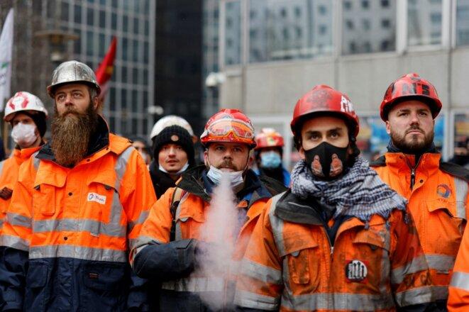Des employés de la raffinerie Total de Grandpuits manifestent devant le siège du groupe à La Défense, le 9 février 2021, pour protester contre les pertes d'emploi prévues à la suite de la reconversion du site. © Thomas COEX / AFP
