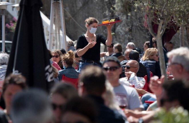 Sur une terrasse de restaurant à Belle-Île-en-Mer (Morbihan), le 19 mai. © Loïc Venance / AFP