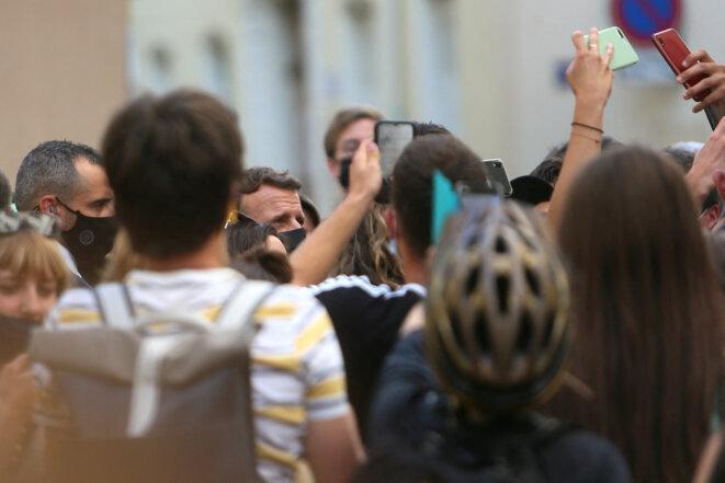 Emmanuel Macron dans les rues de Valence après avoir reçu une gifle à Tain L'Hermitage (Drôme) © Nicolas Guyonnet / Hans Lucas via AFP