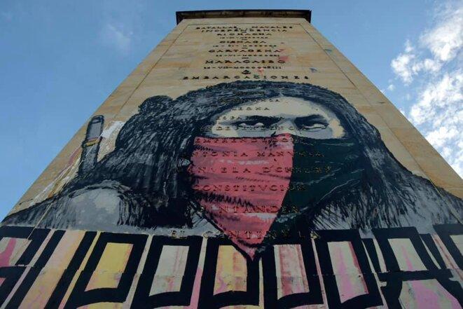 A Bogota, le monument aux héros de l'indépendance est devenu le point de ralliement des manifestants. A la place de la statue de Bolivar, une fresque représente un indien. © Nelson Cardenas @cantarranasur