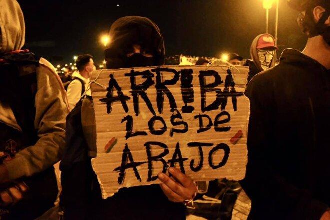 """Manifestant à Bogota: """"Ceux d'en bas, en haut"""" (mais aussi: """"Bravo ceux d'en bas"""") © Nelson Cardenas @cantarranasur"""