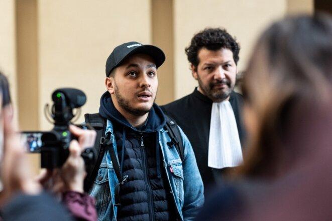 Le journaliste Taha Bouhafs et son avocat Me Arié Alimi en février 2020. © Samuel Boivin / NurPhoto / via AFP