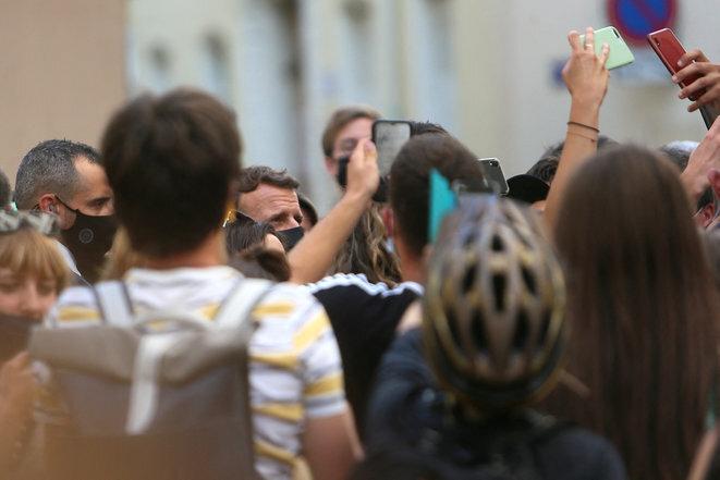 Emmanuel Macron en las calles de Valence tras ser abofeteado en Tain L'Hermitage (Drôme). © Nicolas Guyonnet/Hans Lucas vía AFP