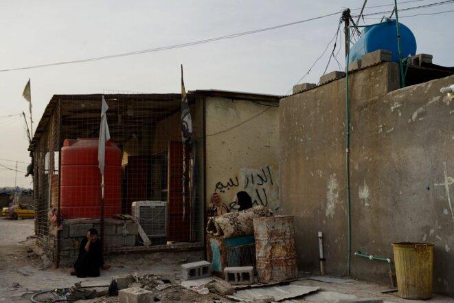 Des femmes discutent devant leur maison dans un quartier pauvre de Bassorah (Irak, avril 2021). © Rachida El Azzouzi
